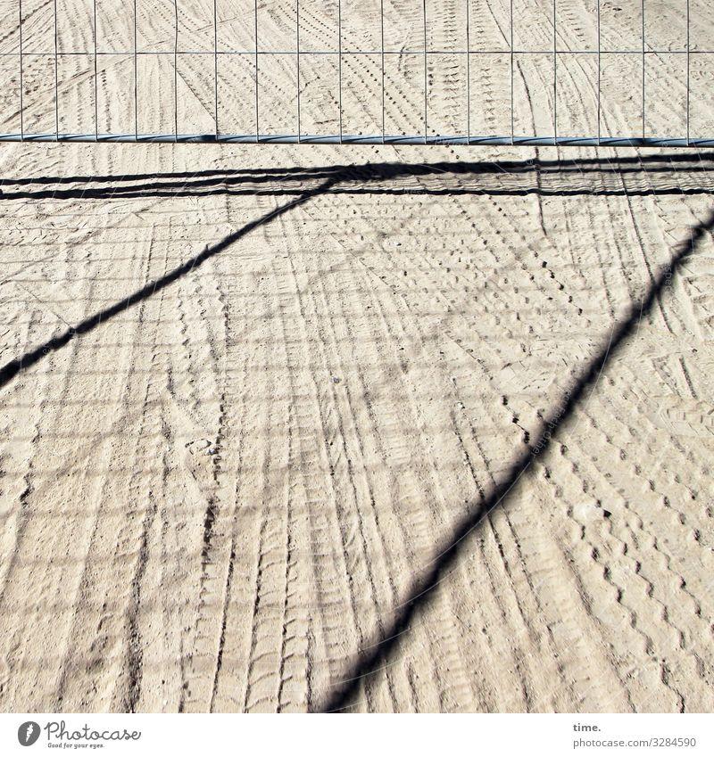 Geschichten vom Zaun (64) Arbeit & Erwerbstätigkeit Arbeitsplatz Baustelle Sand Schönes Wetter Verkehr Lastwagen Reifenspuren Metall Linie Streifen authentisch
