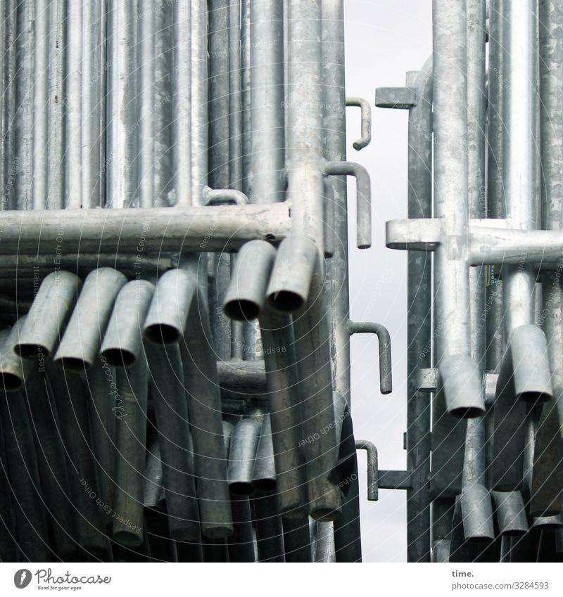 Geschichten vom Zaun (66) Eisen Haken Verbindungstechnik Stapel Metall Stahl Linie dunkel grau Sicherheit Schutz Zusammensein Wachsamkeit Ausdauer standhaft