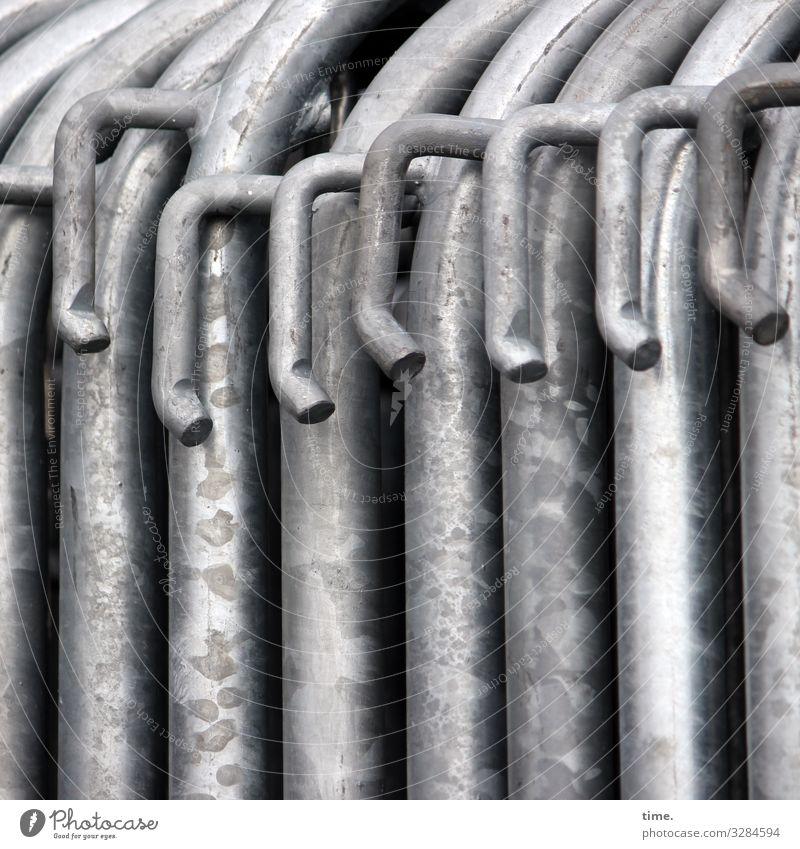Geschichten vom Zaun (67) Arbeit & Erwerbstätigkeit Arbeitsplatz Baustelle Lagerplatz Verbindungstechnik Haken Metall Stahl Linie Streifen dunkel Zusammensein