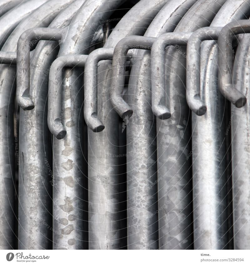 Geschichten vom Zaun (67) Stadt dunkel Zusammensein grau Arbeit & Erwerbstätigkeit Linie Metall Neugier Baustelle Schutz Sicherheit Streifen Zusammenhalt