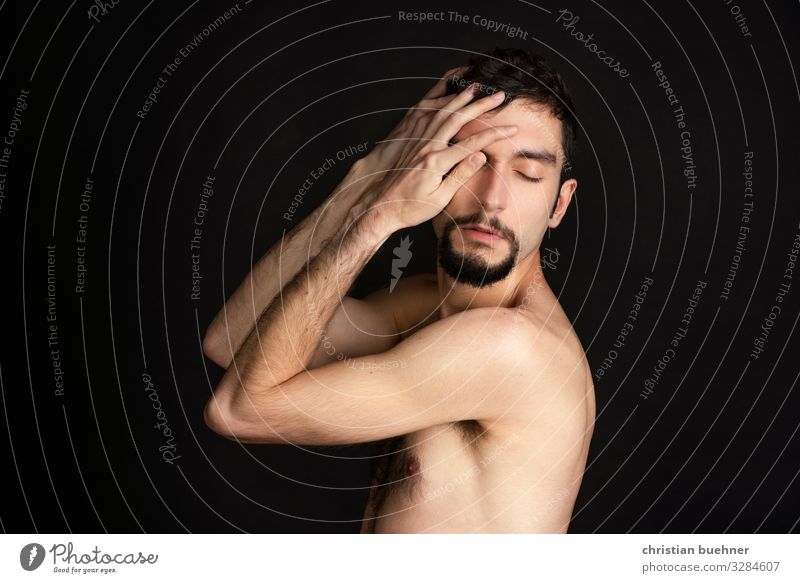 portrait von einem nackten mann Blick Porträt Zentralperspektive Blitzlichtaufnahme Innenaufnahme Gedeckte Farben Farbfoto Model verführerisch Finger Brust
