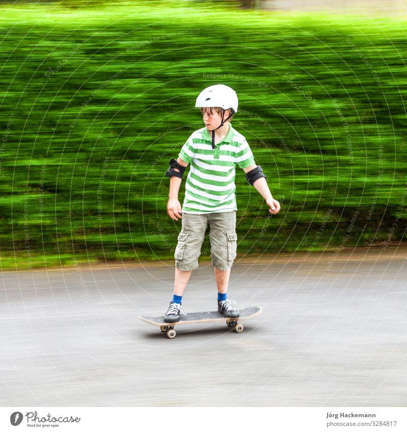 Jungen laufen mit Geschwindigkeit Freude Freizeit & Hobby Sport Natur Park Verkehr Fahrzeug Bekleidung Spielzeug weiß Sicherheit Schutz Rolle Skateboard