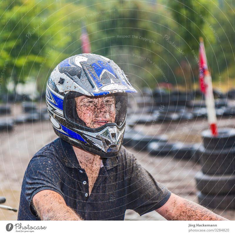 Junge fährt gerne mit seinem Quad im Parcour Freude Sport Motor Jugendliche Natur Wetter Regen fahren nass Geschwindigkeit Kart Buggy (Motorrad) Flugrichtung
