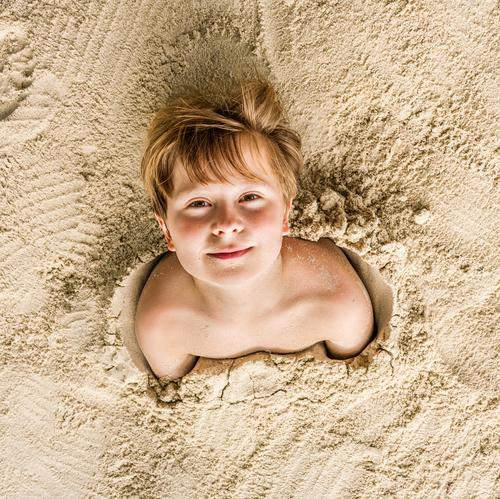 Fröhlicher Junge mit feinem Sand bedeckt Freude Glück Spielen Ferien & Urlaub & Reisen Strand Kind Jugendliche lachen Freundlichkeit niedlich Ko Samet Koh Samet