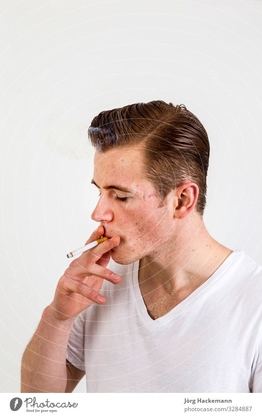 Teenager mit roten Haaren Freude Glück Körper Gesicht Mensch Junge Jugendliche Hand Hemd Lächeln Coolness weiß Beautyfotografie Rauchen Akne Sucht Kaukasier