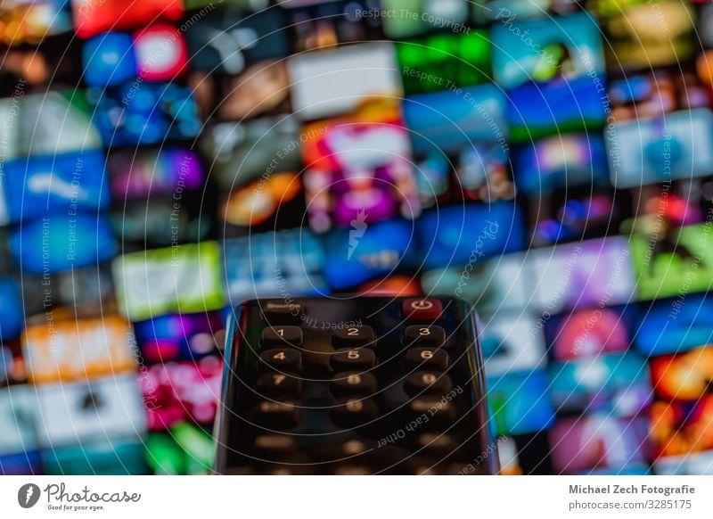 Video-on-Demand-Bildschirm mit Fernbedienung in der Hand Freizeit & Hobby Spielen Entertainment Technik & Technologie Internet Finger Medien Fernsehen
