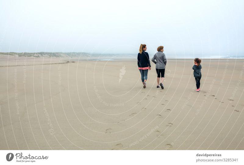 Drei Generationen weibliche Spaziergänge am Strand Lifestyle Kind Mensch Frau Erwachsene Mutter Großmutter Familie & Verwandtschaft Sand Himmel Herbst Nebel