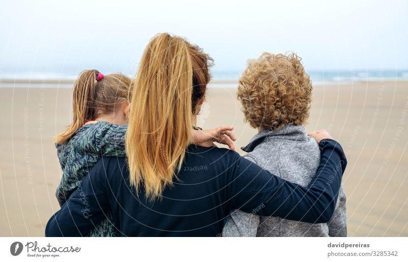 Rückansicht von drei Generationen Frauen, die aufs Meer schauen Lifestyle Freude Glück schön Strand Kind Mensch Erwachsene Mutter Großvater Großmutter