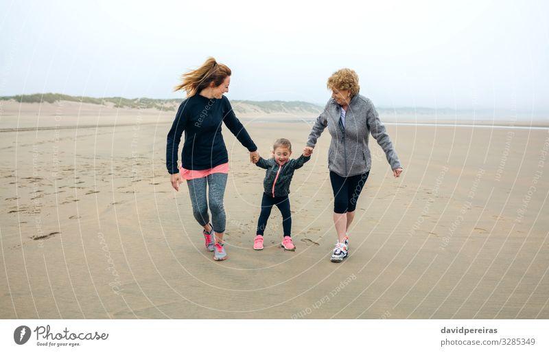 Drei Generationen Frauen laufen am Strand Lifestyle Freude Glück Spielen Kind sprechen Mensch Erwachsene Mutter Großmutter Familie & Verwandtschaft Sand Herbst