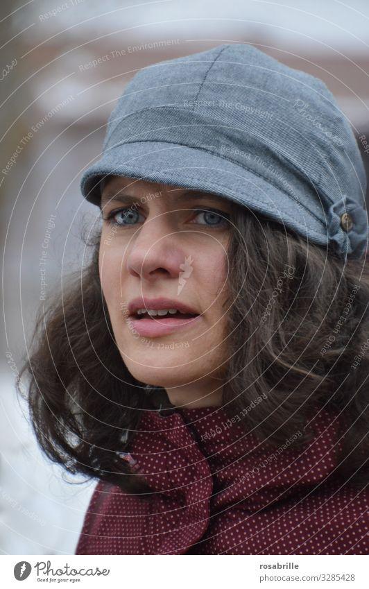 nachdenkliche junge brünette Frau mit Mütze überlegen nachdenken natürlich hübsch schön dunkelhaarig lockig Locken Kappe draußen Herbst herbstlich grübeln