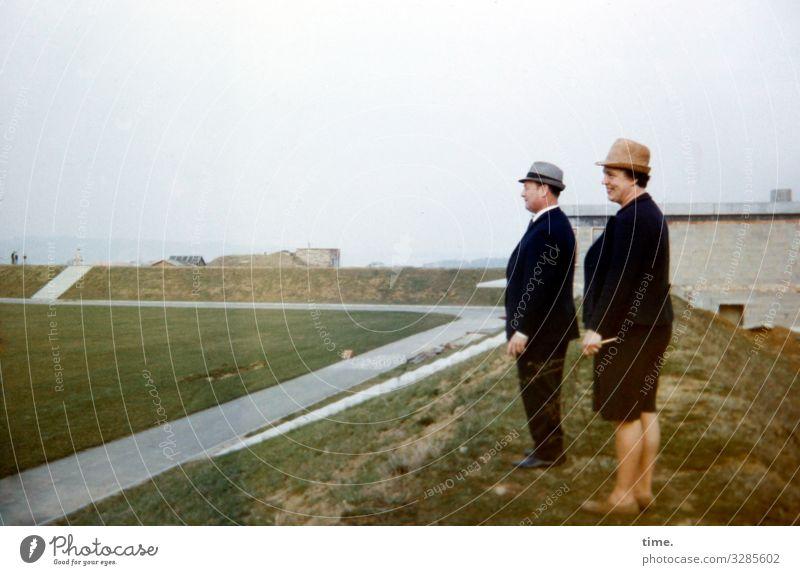 Ziemlich gute Aussichten maskulin feminin Frau Erwachsene Mann 2 Mensch Landschaft Himmel Horizont Wiese Hügel Haus Straße Kleid Anzug Hut beobachten Blick