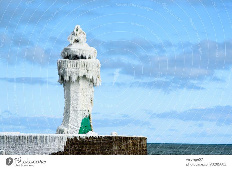 Winter an der See III Winterurlaub Schönes Wetter Eis Frost Ostsee Leuchtturm Hafen kalt maritim blau braun grün weiß Sicherheit Sassnitz Mole Eiszapfen