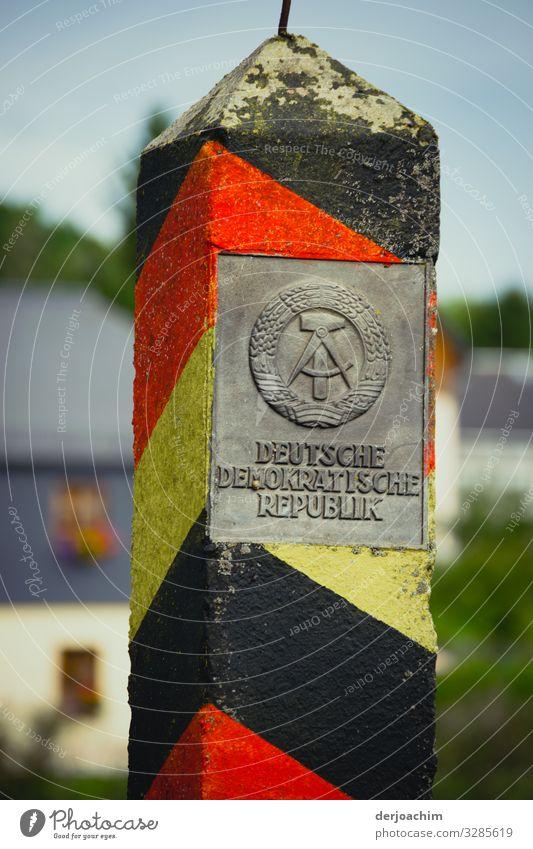 Zeit Geschichte. Ein Alter DDR Grenzstein mit der Beschriftung: DEUTSCHE DEMOKRATISCHE REPUBLIK : Design Ausflug Umwelt Sommer Schönes Wetter Park Thüringen