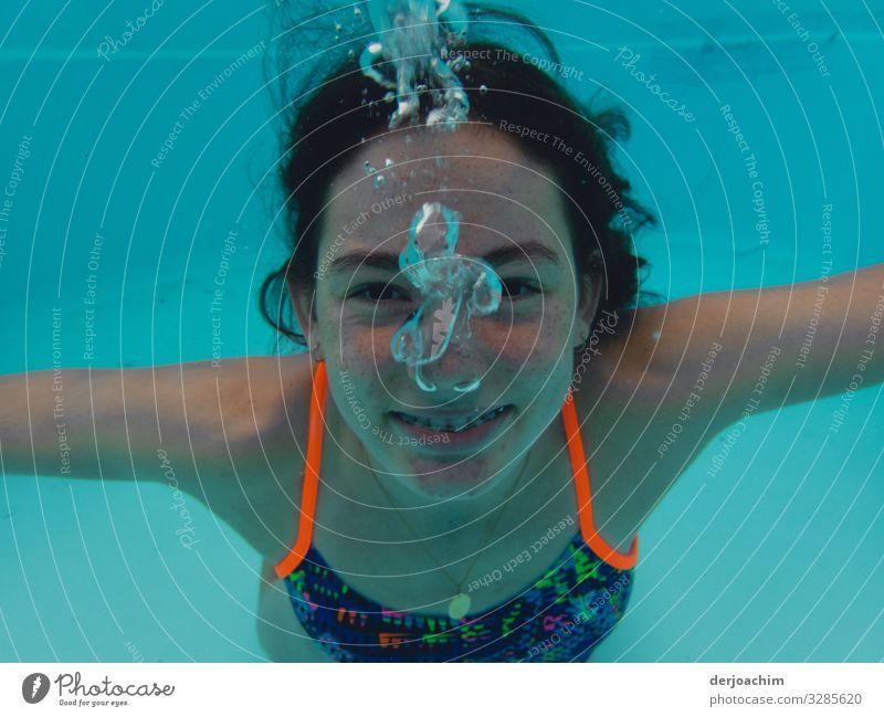 Ein Girls unter Wasser mit dem Fotografen. Sie lacht und es macht Blub blub.. Freude sportlich Leben Schwimmbad Wassersport Schwimmen & Baden Mädchen