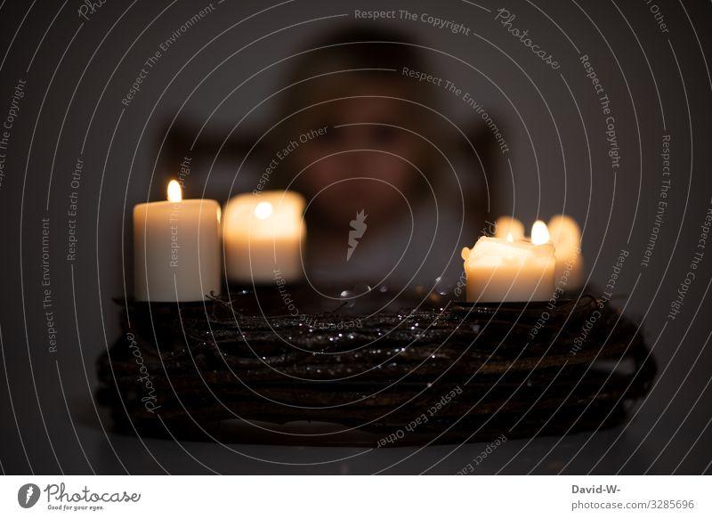 brennende Kerzen auf einem Adventskranz mit Kind im Hintergrund Weihnachten & Advent 4 vier leuchten Kindheit Kerzenschein düster adventszeit