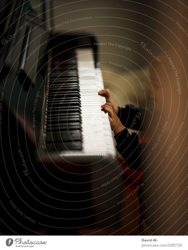kleine Pianistin Kind Mensch Hand Freude Mädchen Leben feminin Kunst Spielen Häusliches Leben Wohnung Zufriedenheit Freizeit & Hobby Musik Kindheit