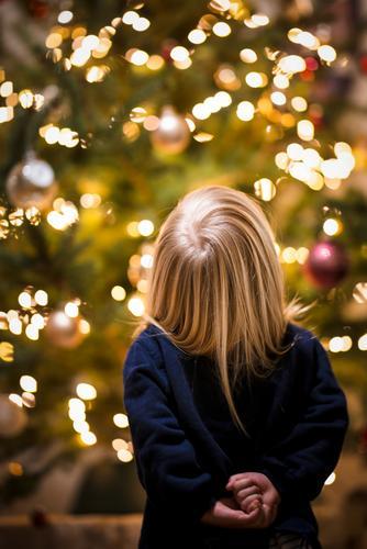 Kind steht ehrfürchtig vor einem Weihnachtsbaum Ehrfurcht Weihnachten Freude Begeisterung vorfreude niedlich Glaube Weihnachtsmann Mädchen Lichterkette corona