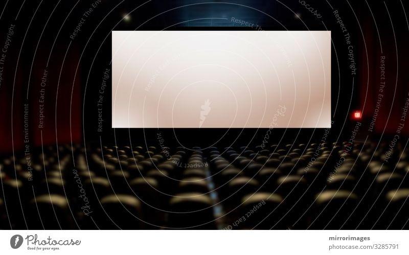 die grosse Leinwand im Kino mit Bestuhlung Freizeit & Hobby Entertainment Publikum Bildschirm Theater Show Bewegung dunkel blau weiß Film Saal Sitze leer Aula