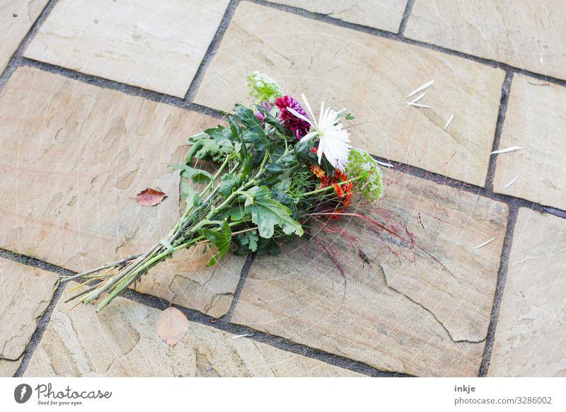 und aus Menschenleer Terrasse Blumenstrauß Stein authentisch trist Gefühle Stimmung Liebe Liebeskummer Enttäuschung Ärger Verbitterung trotzig Vergänglichkeit