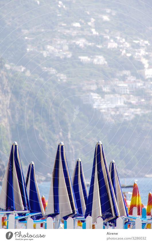 Warteposition Ferien & Urlaub & Reisen Freiheit Sommer Sommerurlaub Sonne Sonnenbad Strand Meer Küste Positano Italien wandern hell blau weiß Sonnenschirm