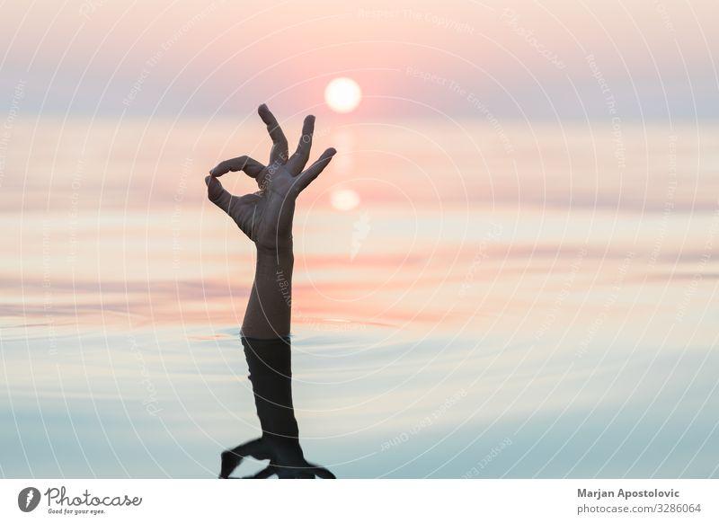 Hand, die aus dem Wasser auftaucht und das OK-Zeichen zeigt Wellness Ferien & Urlaub & Reisen Sommerurlaub Meer Arme Natur Sonnenaufgang Sonnenuntergang