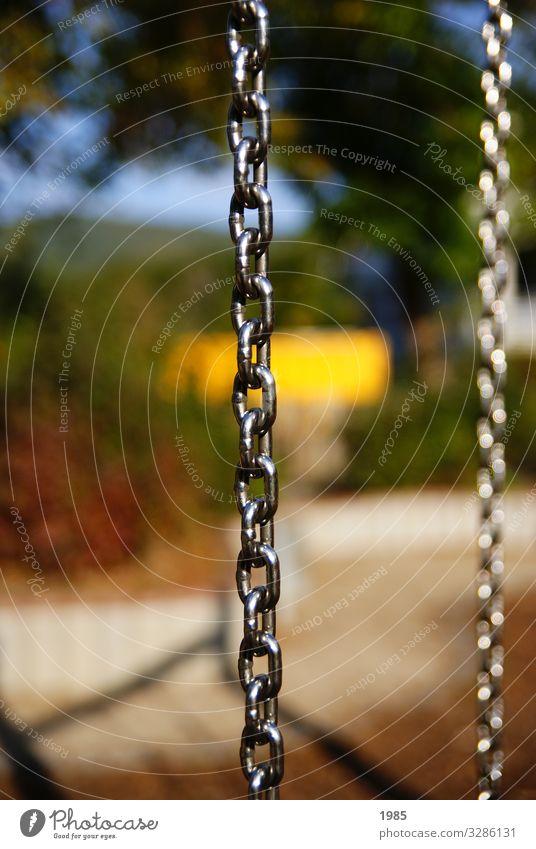 Eisenringe Spielen Kinderspiel Schaukel Spielplatz Eisenkette Metallring Schönes Wetter schaukeln glänzend kalt gelb Freude Glück Fröhlichkeit Lebensfreude