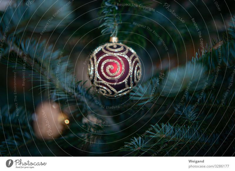 Christbaumkugel Weihnachten & Advent Silvester u. Neujahr leuchten rund Kugel Weihnachtsbaum Farbfoto Innenaufnahme Textfreiraum links Textfreiraum rechts
