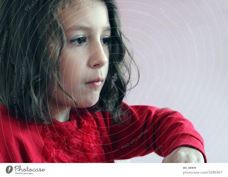 . Kindererziehung Kindergarten lernen Mädchen Kindheit 1 Mensch 3-8 Jahre Pullover brünett Locken Denken Blick Spielen authentisch schön rot schwarz geduldig