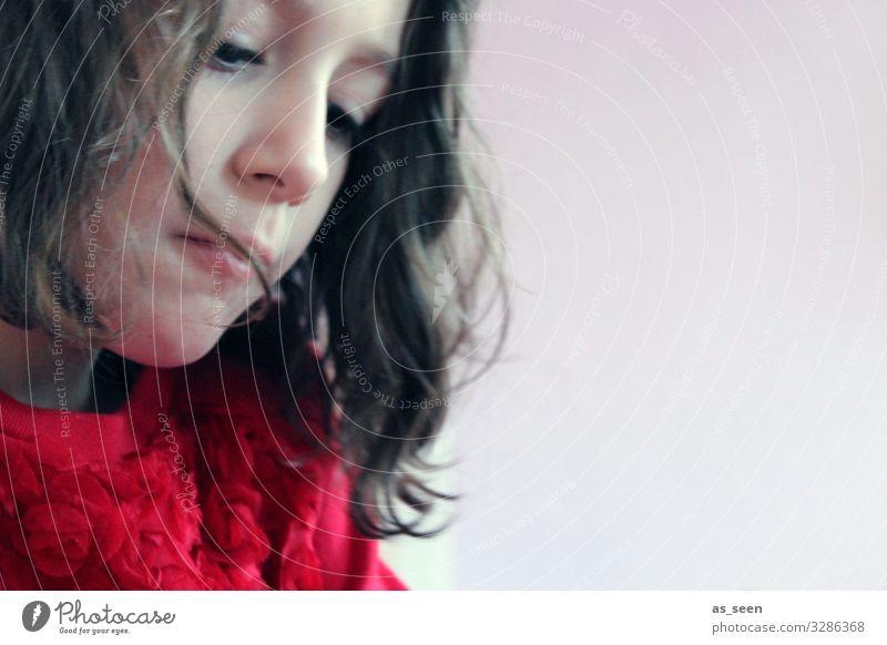. Mädchen Kindheit 1 Mensch 3-8 Jahre Pullover Haare & Frisuren schwarzhaarig brünett langhaarig Locken machen zeichnen authentisch schön natürlich rot Gefühle