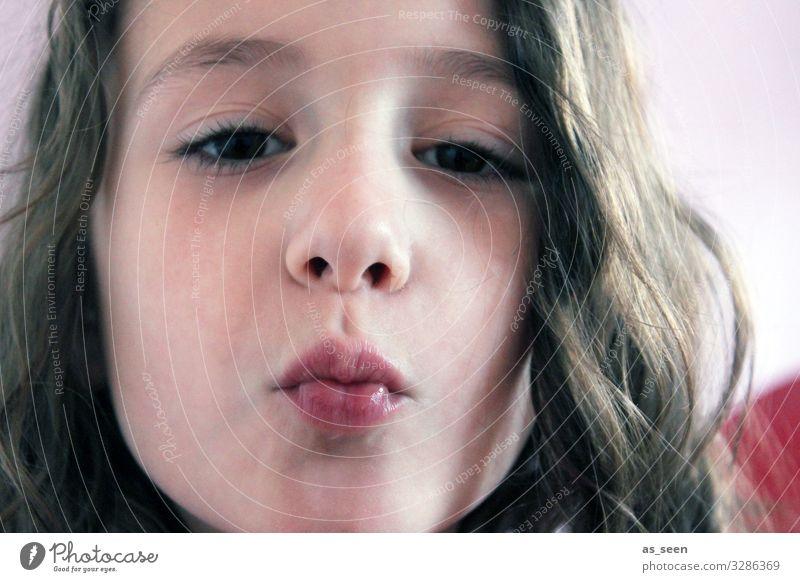 Küsschen?! Mädchen Familie & Verwandtschaft Kindheit Gesicht Mund 1 Mensch 13-18 Jahre Jugendliche brünett langhaarig Küssen authentisch Fröhlichkeit positiv