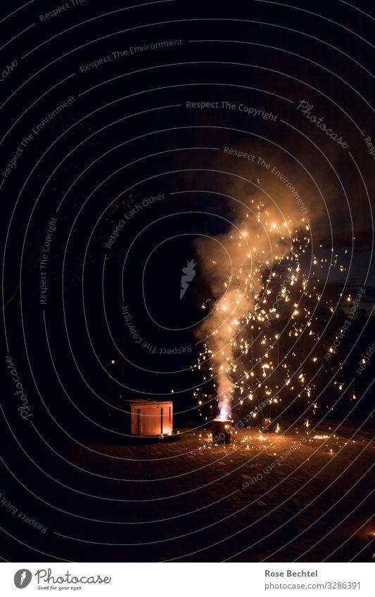 Feuerwerk Lifestyle Nachtleben Feste & Feiern Silvester u. Neujahr Dose glänzend braun gelb gold orange schwarz Zukunft Farbfoto Außenaufnahme Menschenleer