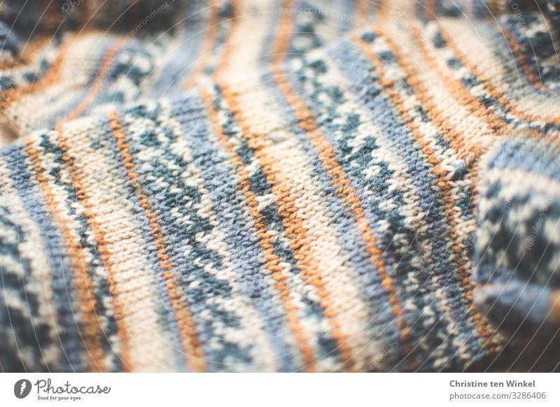 Stricksocken in Nahaufnahme Strümpfe Wollsocke Wolle Streifen ästhetisch authentisch außergewöhnlich Fröhlichkeit hell trendy einzigartig kuschlig natürlich