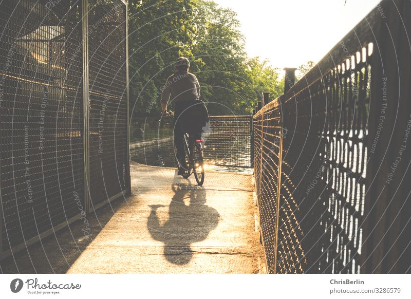 Schatten eines Radfahrers sportlich Zufriedenheit Sinnesorgane Freizeit & Hobby radfahren Ausflug Fahrradtour Sommer Fahrradfahren Erwachsene 1 Mensch