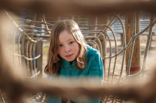 Mädchen klettert auf dem Spielplatz Freizeit & Hobby Spielen Ferien & Urlaub & Reisen Ausflug 1 Mensch 3-8 Jahre Kind Kindheit Seil Klettern Bewegung entdecken