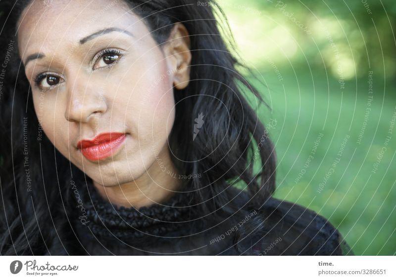 Lea feminin Frau Erwachsene 1 Mensch Schönes Wetter Wiese Wald Hemd schwarzhaarig langhaarig beobachten Blick warten schön Ausdauer Neugier Interesse Respekt