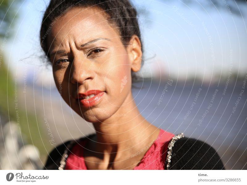 Lea beobachten schön Stimmung Inspiration Konzentration Farbfoto Schatten Porträt dunkelhaarig feminin Blick sonnenlicht elbe fluss horizont jacke skeptisch
