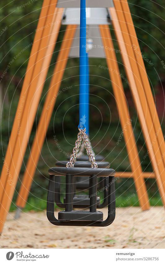 Leere Schaukel für Kinder Erholung Kindergarten Kindheit Park Spielplatz blau Sicherheit anketten bügeln pendeln Holz Farbfoto Außenaufnahme Menschenleer Tag