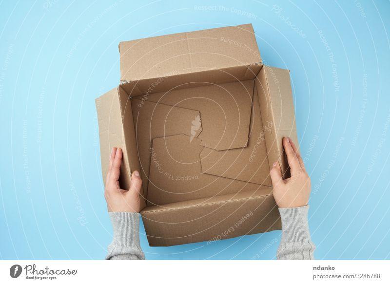 leere offene Schachtel aus braunem Karton Handwerk Post Business Gesäß Verkehr Container Papier Verpackung Paket Bewegung Sauberkeit blau gelb weiß Hintergrund