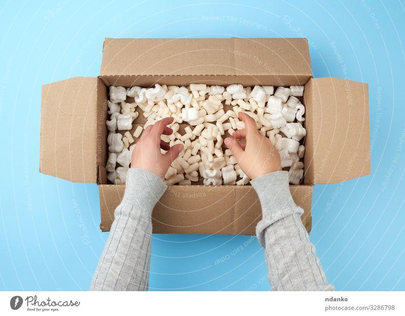 Frauenhände halten eine leere offene Schachtel Handwerk Post Business Gesäß Verkehr Container Papier Verpackung Paket oben Sauberkeit braun gelb weiß