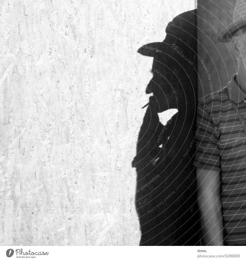 hidden track maskulin Mann Erwachsene 1 Mensch Mauer Wand Bauzaun Holzplatte Ecke T-Shirt Hut beobachten Erholung festhalten Rauchen stehen warten Einsamkeit