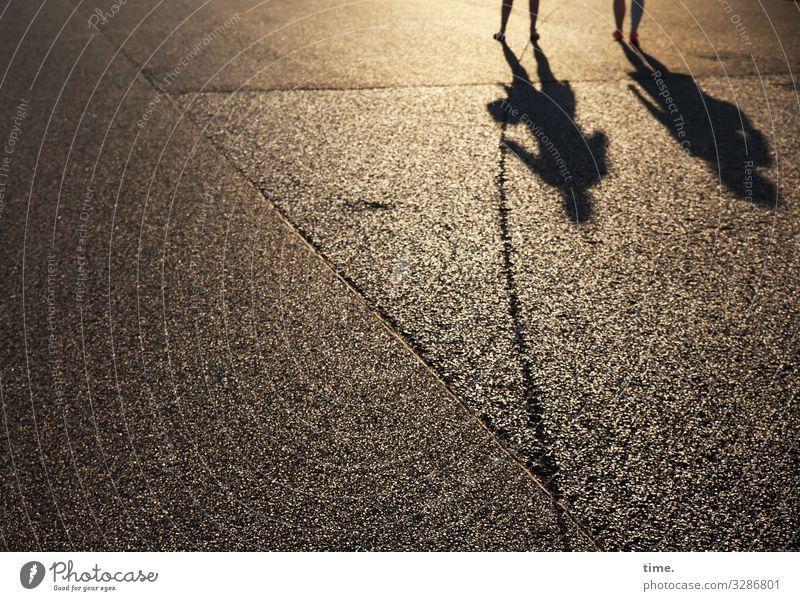 Schon tief steht die Sonne Mensch Beine Fuß 2 Sommer Berlin Landebahn Asphalt Teer Linie gehen leuchten stehen dunkel Freundschaft Zusammensein Wachsamkeit