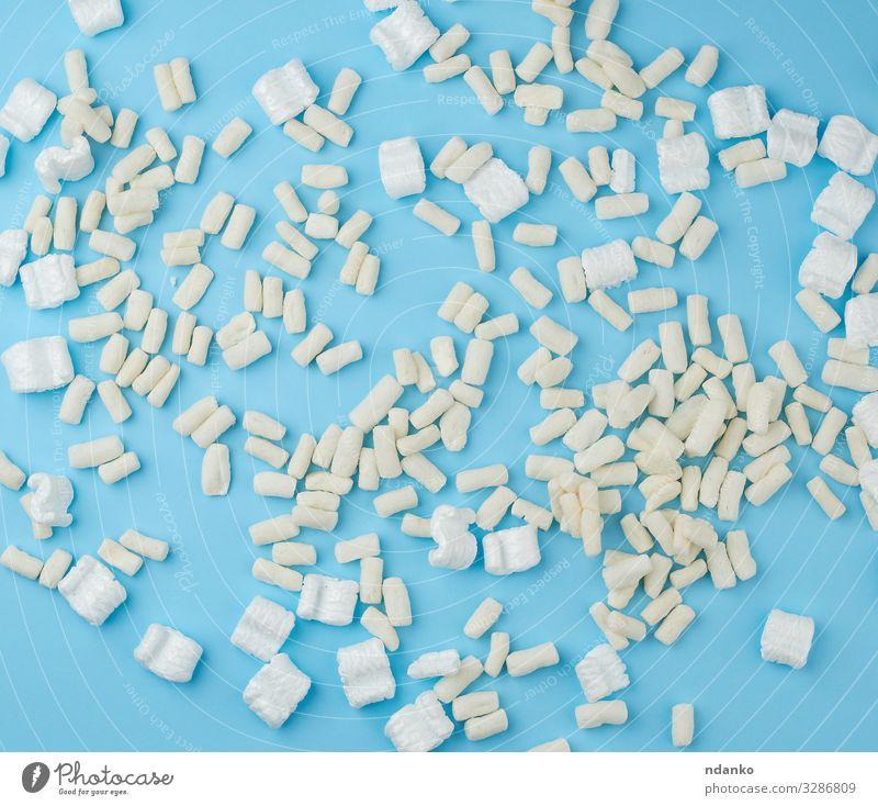 verstreuter weißer Schaumstoff für die Verpackung von Paketen Post Wasserfahrzeug Container Kunststoff weich blau Schutz Hintergrund Kasten Schaumblase Extender