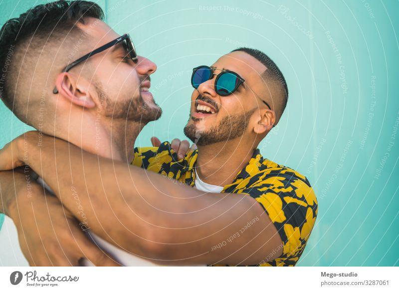 Ein schwules Paar, das Zeit miteinander verbringt. Lifestyle Glück Leben Freizeit & Hobby Freiheit Homosexualität Mann Erwachsene Straße Liebe Umarmen