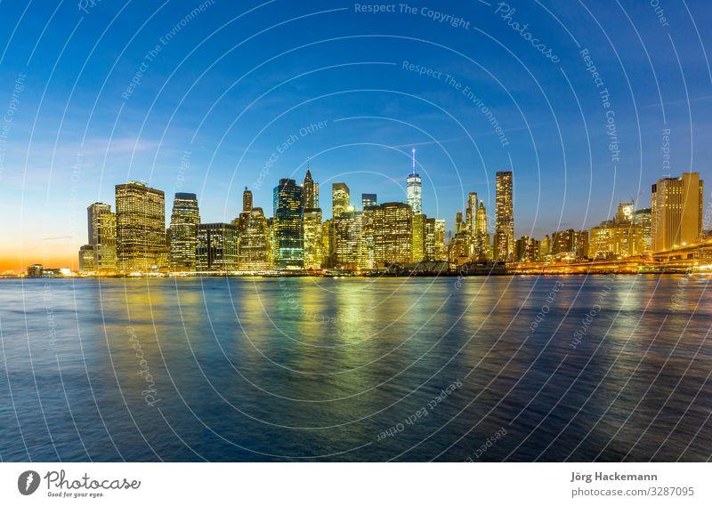 Manhattan Waterfront bei Nacht Ferien & Urlaub & Reisen Büro Business Fluss Stadt Stadtzentrum Skyline Hochhaus Brücke Gebäude Architektur retro New York State