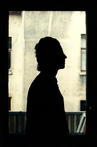 Junger herr.L. Mensch Jugendliche Mann Junger Mann Haus Fenster 18-30 Jahre Erwachsene Wand Mauer Wohnung maskulin stehen Brille Küche Balkon
