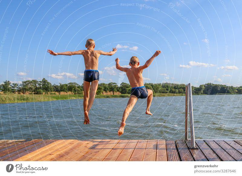 Zwillingssprung Kind Mensch Sommer Wasser Freude Strand Junge See Schwimmen & Baden Freizeit & Hobby springen blond Kindheit Rücken Abenteuer Seeufer