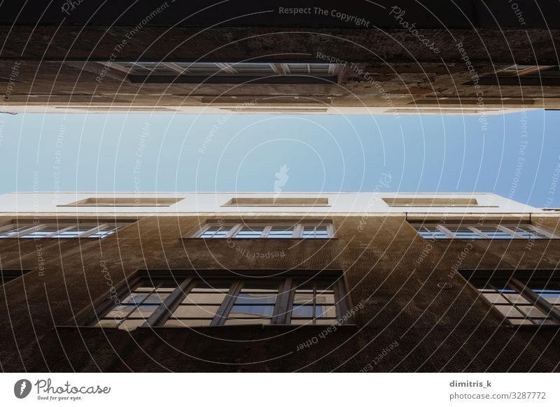 blauer Himmel zwischen alten Gebäuden Wohnung Stadtzentrum Architektur Beton Perspektive Fenster urban Glas Wand Außenseite zwei Großstadt Höhe unten