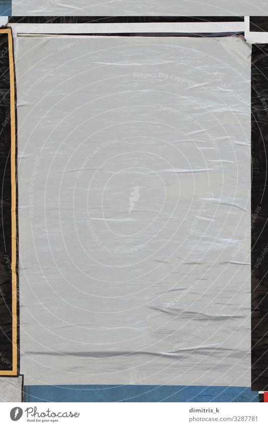 blankes zerknittertes Poster verputzt auf schmutziger Wand Design Straße Papier alt dreckig Kreativität Werbung blanko Plakat beklebt Hintergrund Designelement