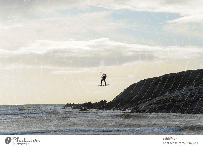 abgehoben|er Typ Freizeit & Hobby Sport Wassersport Mensch maskulin 1 fliegen Freude Abheben Kiting Kiter Surfen Freiheit Schwerelosigkeit Meer Küste Brandung