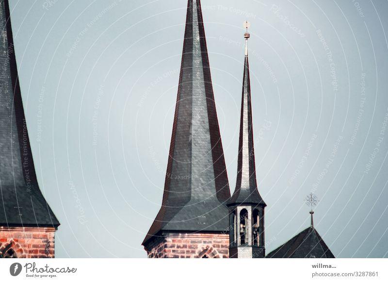 Spitze Kirchtürme Kirche Dom Turm Bauwerk Romanik Kirchturm Gotik Bischofskirche Textfreiraum spitz